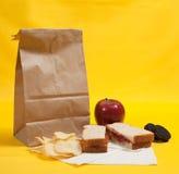 Pranzo di sacco con il panino del burro di arachide immagini stock