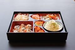 Pranzo giapponese di Bento scatola di alimenti a rapida preparazione con l'anguilla e la verdura affumicate Immagini Stock Libere da Diritti