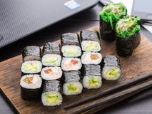 Pranzo rapido dei sushi nell'ufficio Fotografie Stock