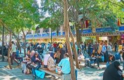 Pranzo sulla via di Panzdah-e-Khordad a Teheran fotografia stock libera da diritti