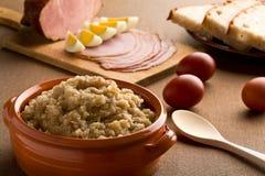 Pranzo tradizionale Slovene di Pasqua fatto della rapa Immagini Stock
