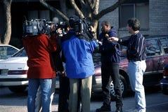 Prasa przeprowadza wywiad świadka zdjęcia stock