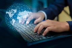 Prasa wchodzić do guzika na komputerze biznesowe logistyki Łączą na całym świecie rękę keyboar sieci komunikacyjnej Światowa mapa zdjęcia stock