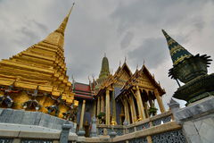 Prasat Phra Thep Bidon и золотое chedi wat виска phra kaew Будды изумрудное Бангкок Таиланд Стоковая Фотография
