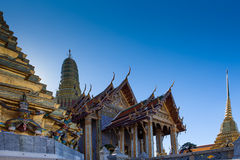 Prasat Phra Thep Bidon och guld- Chedis Arkivbild