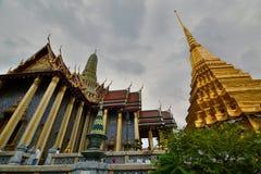 Prasat Phra Thep Bidon und goldenes chedi Wat Phra Kaew (Tempel des Smaragdbuddhas) bangkok thailand lizenzfreies stockbild