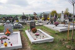 PRASICE, СЛОВАКИЯ - 29 10 2015: Могилы, надгробные плиты и распятия на традиционном кладбище в малой деревне Votive свечи фонарик Стоковое Изображение