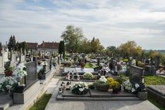 PRASICE SLOVAKIEN - 29 10 2015: Gravar, gravstenar och kors på traditionell kyrkogård i liten by Votive stearinljus lykta Fotografering för Bildbyråer