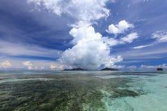 Lokalen regnar moln över den Praslin ön, Seychellerna Royaltyfri Bild