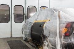 Prasmoła maluje samochód na ciało sklepie Zdjęcie Royalty Free