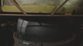 Prasowa Górna pokrywa Iść puszek na gumie Tworzyć opony zbliżenie zbiory wideo