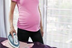 prasowania kobieta w ciąży zdjęcie royalty free