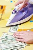 Prasowanie dolarów banknot euro do czyszczenia pierze forsę do mycia Obrazy Stock