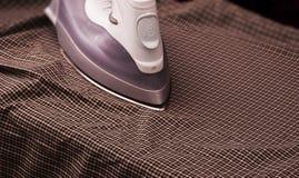 Prasowanie koszula - zmrok zdjęcie royalty free