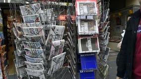 Prasowi kioska sprzedawania środki o Paryskich atakach zbiory