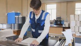 Prasowy operator nad czystym prześcieradłem papier Fotografia Royalty Free