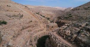 Prat-Fluss in Israel Wadi Qelt-Tal im Westjordanland, entstehend nahe Jerusalem und Betrieb in Jordan River stock footage