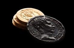 Prata antiga moedas de ouro isoladas no preto fotografia de stock