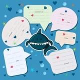 Prata bakgrundsblåttfärg med en älskvärd haj i havet bland hjärtor och bubblor Talade moln med meddelanden feriekort eller vektor illustrationer