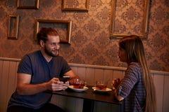 Prata barnpar i en bar Royaltyfri Fotografi