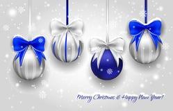 Prata do Natal e bolas decorativas azuis Imagens de Stock