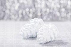 Prata e ornamento do White Christmas no fundo do bokeh do brilho com espaço para o texto Xmas e ano novo feliz Fotografia de Stock Royalty Free