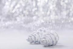 Prata e ornamento do White Christmas no fundo do bokeh do brilho com espaço para o texto Xmas e ano novo feliz Fotos de Stock