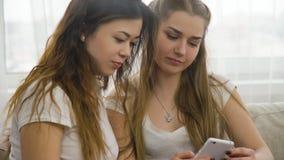 Prata för vänner för flickvänfritidtidsfördriv Arkivfoton