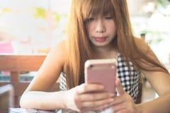Prata med den rosa smartphonen royaltyfria bilder