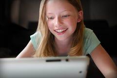 Prata med online-vänner Fotografering för Bildbyråer