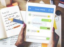 Prata online-begrepp för Messagingforumvänner Fotografering för Bildbyråer