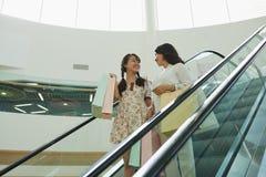 Prata på rulltrappan arkivfoto