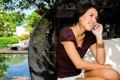Prata på telefonen fotografering för bildbyråer