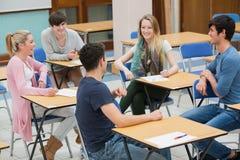 Prata studenter i klassrumet Arkivfoto
