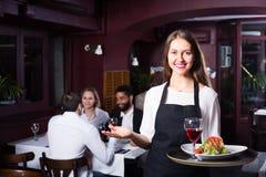 Prata vuxna människor och den gladlynta servitrins arkivfoton