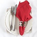 Pratas com guardanapo vermelho Fotos de Stock Royalty Free