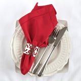 Pratas como um ajuste da tabela com guardanapo vermelho Imagens de Stock Royalty Free