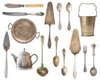 Pratas do vintage, cubeta antiga das colheres, das forquilhas, das facas, da concha, das pás do bolo, da chaleira, da bandeja e d imagem de stock