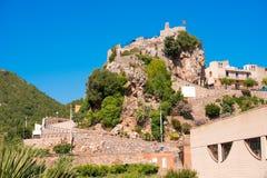 Pratdip山镇在西班牙 复制文本的空间 查出在蓝色背景 免版税库存图片
