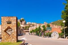 PRATDIP, SPANIEN - 18. JUNI 2017: Die Bergstadt in Spanien Kopieren Sie Raum für Text Getrennt auf blauem Hintergrund Stockbilder