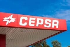 PRATDIP, TARRAGONA, SPANJE - APRIL 20, 2017: Benzinestationvoorgevel van Cepsa Close-up Exemplaarruimte voor tekst Royalty-vrije Stock Afbeelding