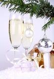 Prateie a esfera dos anos novos com presentes e champanhe Fotografia de Stock