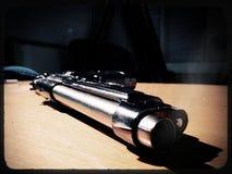 Prateie a pistola de 9mm que encontra-se em uma tabela de madeira ilustração do vetor