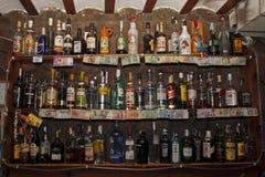 Prateleira com bebidas fotos de stock