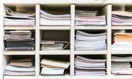 Prateleira com livros e pap?is foto de stock royalty free