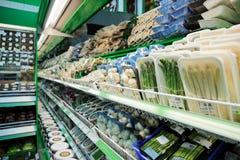 Prateleira com os mantimentos no supermercado fotos de stock