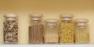 Prateleira com recipientes dos cereais Imagens de Stock Royalty Free