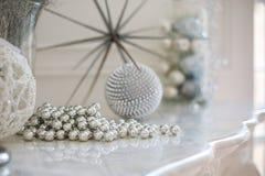 Prateleira da chaminé com a decoração do ano novo Imagem de Stock