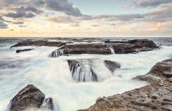 Prateleira da rocha do ponto do oleiro fluxos maré do oceano da mais baixa imagens de stock royalty free