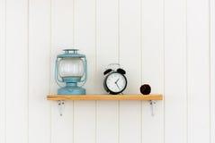Prateleira de madeira com objetos da decoração Imagens de Stock Royalty Free
